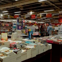 Photo taken at Popular Bookstore by Lee B. on 5/31/2013