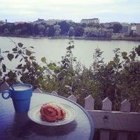 Das Foto wurde bei Sinisen huvilan kahvila von Karina M. am 7/24/2013 aufgenommen