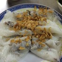 Photo taken at Bánh Cuốn 14 Bảo Khánh by Ciprian T. on 10/10/2015