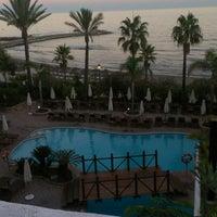 Foto tomada en Hotel Puente Romano por Ilya M. el 9/15/2012