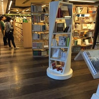 Photo taken at 24小时书吧 24 Hours Bookbar by Lynn H. on 2/9/2016
