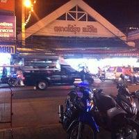 Photo taken at ตลาดโต้รุ่งแม่วิไล@พัทยากลาง by TaTa W. on 1/6/2016