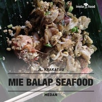 Photo taken at Mie Balap Seafood by Rikza A. on 9/8/2013