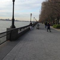 Foto tirada no(a) Battery Park City Esplanade por DiShonn S. em 4/15/2013
