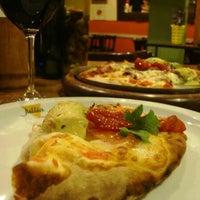 Foto tirada no(a) Jullia Pizza Bar por Cristina L. em 6/21/2013