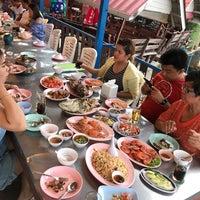 Photo taken at Krua Samed Dang by Suphannapha C. on 5/13/2017