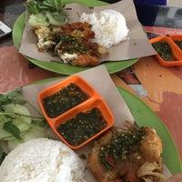Photo taken at Ayam Penyet Kak Tari by Dian P. on 8/7/2015