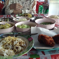 รูปภาพถ่ายที่ ขนมจีน โกจ้อย โดย Palmkaew N. เมื่อ 1/17/2014