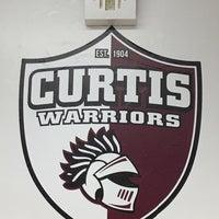 Das Foto wurde bei Curtis High School von Nia am 3/30/2017 aufgenommen