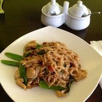 Foto tomada en Boonsong Thai Cuisine por Lena N. el 9/20/2012