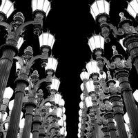 6/9/2013 tarihinde Marc B.ziyaretçi tarafından Urban Light at LACMA'de çekilen fotoğraf
