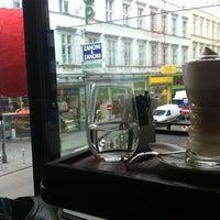 Das Foto wurde bei Café Bar Bloom von N V. am 12/5/2012 aufgenommen