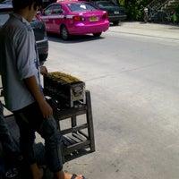Photo taken at ก๋วยเตี๋ยวหมูต้มยำ สูตรพิษณุโลก by Ziiza P. on 9/23/2012