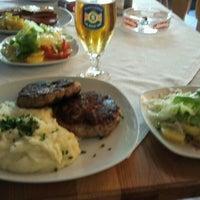 Faschierte Laibchen mit Püree & Salat