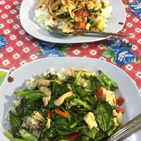 Photo taken at ป้าสำรวย อาหารตามสั่ง by ☔️ P. on 2/9/2017
