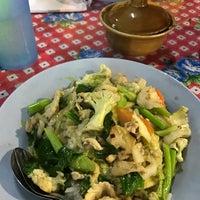 Photo taken at ป้าสำรวย อาหารตามสั่ง by ☔️ P. on 1/13/2017