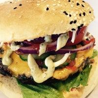 Das Foto wurde bei Triple B - Beef Burger Brothers von Starla C. am 5/3/2015 aufgenommen