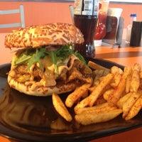 Foto tomada en The Burger Laboratory por Nayeli G. el 11/4/2012