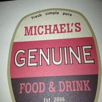 Foto tomada en Michael's Genuine Food & Drink por Mari d. el 2/10/2013