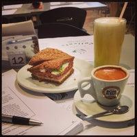 Foto tirada no(a) Café Caliente por Nine C. em 7/24/2013