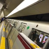 Foto tirada no(a) Oedo Line Yoyogi Station (E26) por Jun H. em 3/18/2017