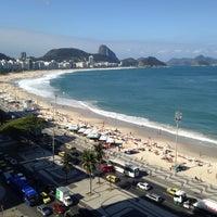 Foto tirada no(a) Praia de Copacabana por Renata F. em 9/27/2013