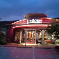 Photo taken at Red Robin Gourmet Burgers by Kelly G W. on 5/28/2013