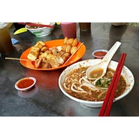 Photo taken at Air Itam Asam Laksa by Danny N. on 10/20/2013