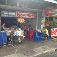 Photo taken at ก๋วยเตี๋ยวเรือเฉินหลง 成龙面条 by Delocalized A. on 2/20/2013