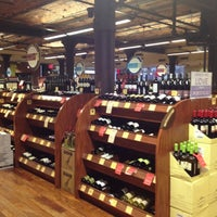 Foto scattata a Astor Wines & Spirits da Lisa K. il 10/28/2012