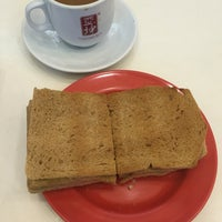 Photo taken at Ya Kun Kaya Toast 亞坤 by Maggie T. on 5/9/2016