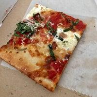 Das Foto wurde bei Williamsburg Pizza von Eric H. am 5/6/2017 aufgenommen