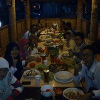 Photo taken at Pemancingan & Lesehan Tirta Mas by Kusuma P. on 7/25/2013