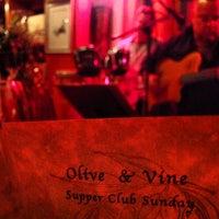 2/11/2013 tarihinde Vino V.ziyaretçi tarafından Olive & Vine'de çekilen fotoğraf