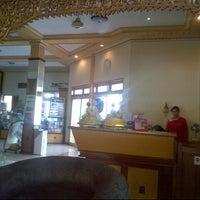 Foto diambil di Bromo View Hotel & Restaurant oleh Angga P. pada 5/22/2013