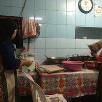 Photo taken at Nasi Banting Rohman Rohim by Thoma K. on 2/16/2013