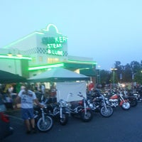 Photo taken at Quaker Steak & Lube® by akaCarioca on 5/23/2013