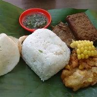 Photo taken at Warung Nasi Tutug Oncom - Bumbu Sunda by Eki Pratama P. on 5/29/2014
