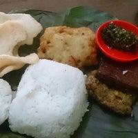 Photo taken at Warung Nasi Tutug Oncom - Bumbu Sunda by Eki Pratama P. on 8/16/2014