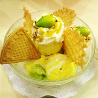Photo taken at Swensen's by Tong on 3/10/2013