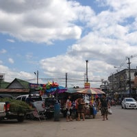 Photo taken at ตลาดแลง บ้านติ้ว by จิตติวัฒน์ น. on 12/30/2012