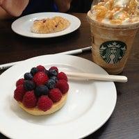 Снимок сделан в Starbucks пользователем Nadya P. 5/17/2013