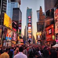 Das Foto wurde bei Times Square von Ash Y. am 10/22/2013 aufgenommen