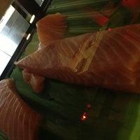 Foto tirada no(a) Sushi Pearl por Cesar C. em 7/5/2013
