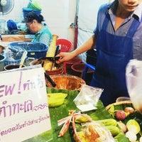 Photo taken at ส้มตำนางวี แยก24 by Yoshi H. on 9/24/2012