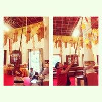 Foto tirada no(a) Wat Phra Singh Waramahavihan por Nutar N. em 7/23/2013