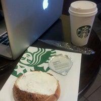 Foto tirada no(a) Starbucks por Tiffany B. em 2/10/2013