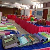 Photo taken at ห้องประชุม โรงเรียนบ้านโต by Nurhana H. on 6/23/2014