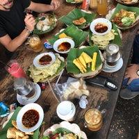 Photo taken at Warung Taru (Rumah Kayu) by sisythohir . on 10/29/2017