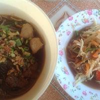 Photo taken at ก๋วยเตี๋ยวอิ่มอร่อย by Puu S. on 12/15/2012